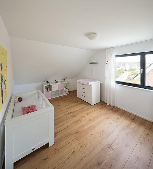 Helles Kinderzimmer im Doppelhaus