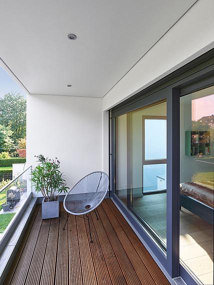Fertighaus im Bauhausstil Balkon