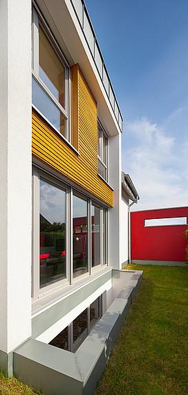 Moderne Fassade und roter Sichtschutz