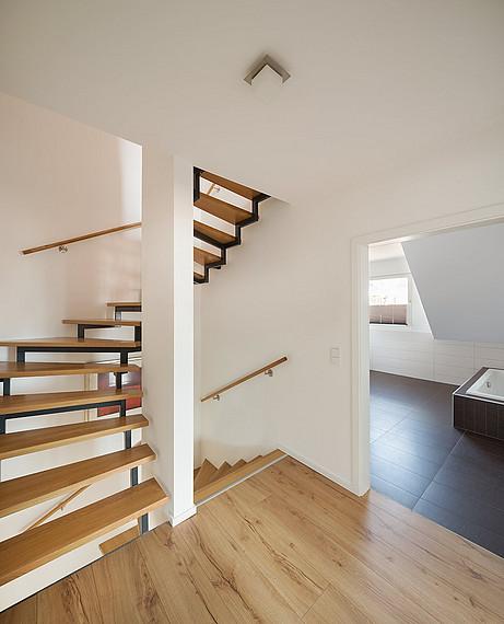 Platzsparende Treppe im Doppelhaus