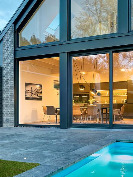 Villa mit Glasfassade Glasfront AuPenansicht