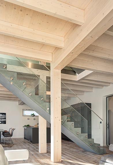 Villa mit Glasfassade Holzelemente