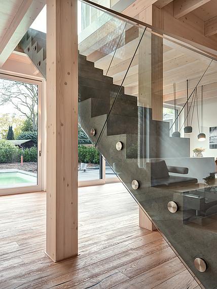 Villa mit Glasfassade Treppenansicht