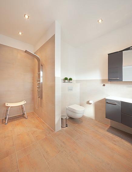 Zweifamilienhaus: Helles Badezimmer