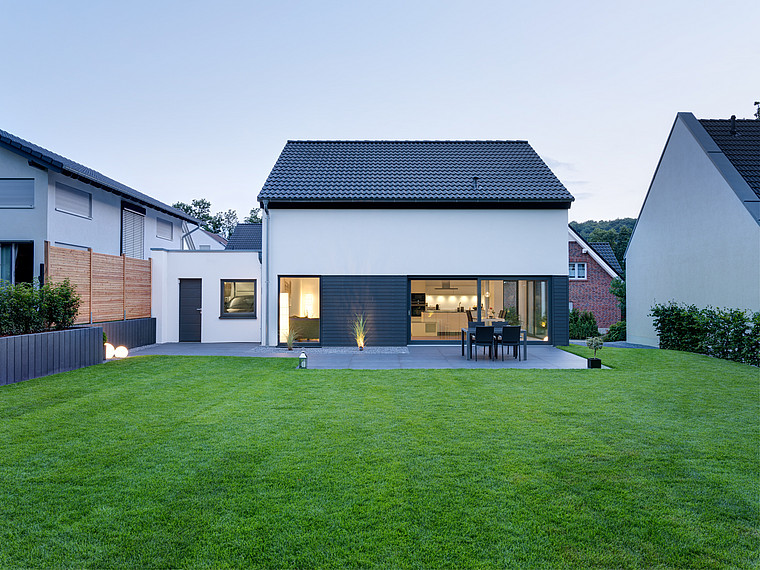 Modernes Einfamilienhaus Garten