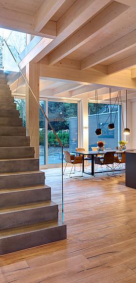 Villa mit Glasfassade Durchsicht zum Essbereich