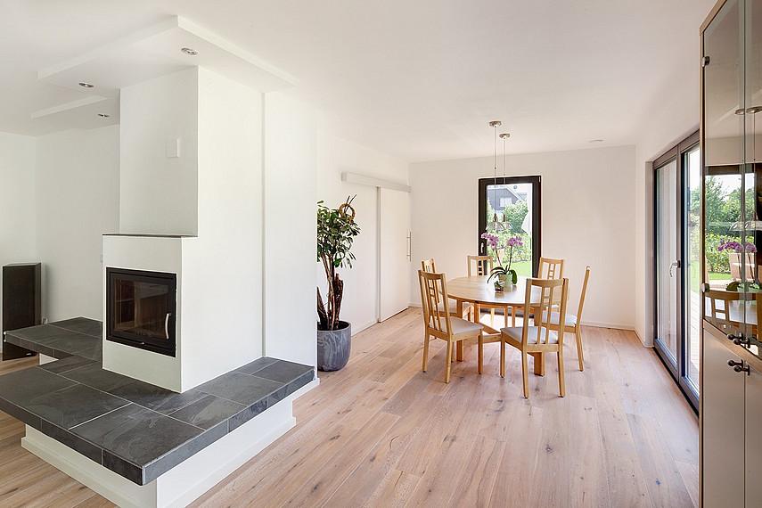 Wohn-Essbereich und Kamin mit Sitzbank