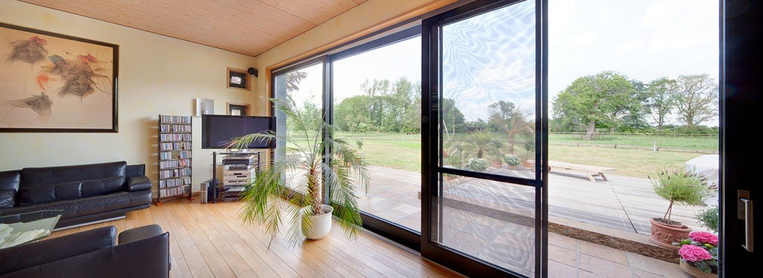 Heller, lichtdurchfluteter Wohnbereich mit Blick auf Garten