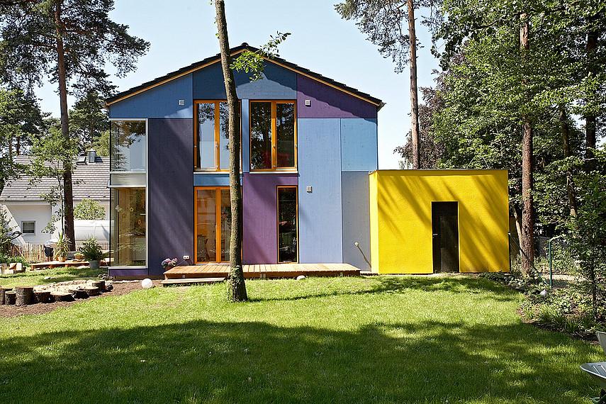 Urbanes Stadthaus mit bodentiefen Fenstern, Gartenansicht