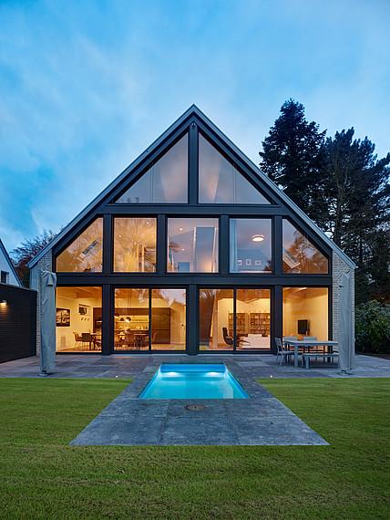 Villa mit Glasfassade Garten