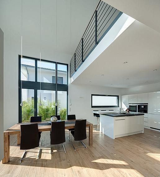 Küchen- und Essbereich mit Galerie