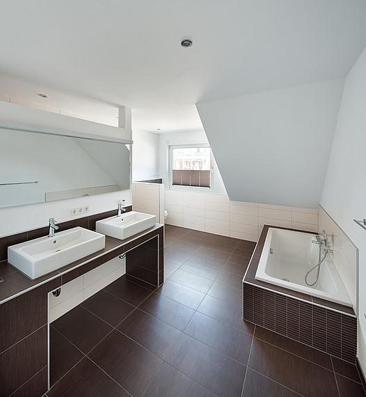 Doppelhaus: Geräumiges Badezimmer