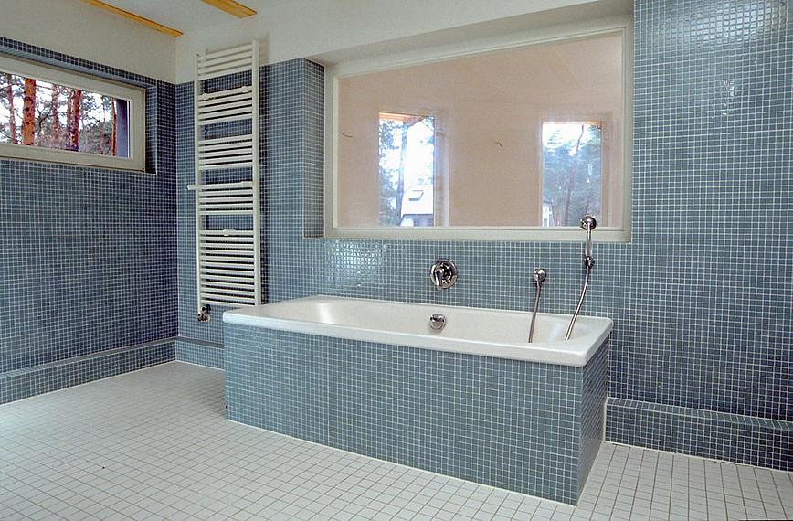 Blau gefliestes Badezimmer