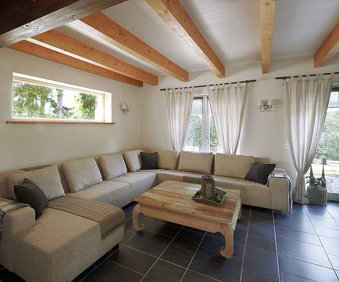 Gemütliches Wohnzimmer mit Balkendecke