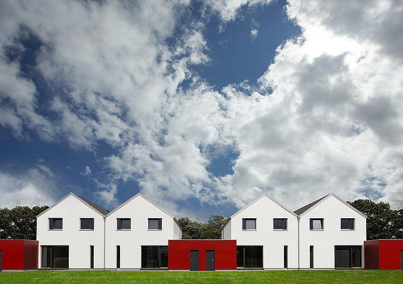 Energie- und platzsparende Doppelhäuser mit Carport