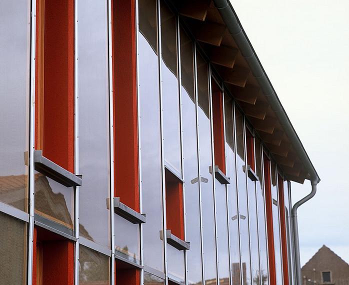 Fertighaus für Kreative: Rote Fassade