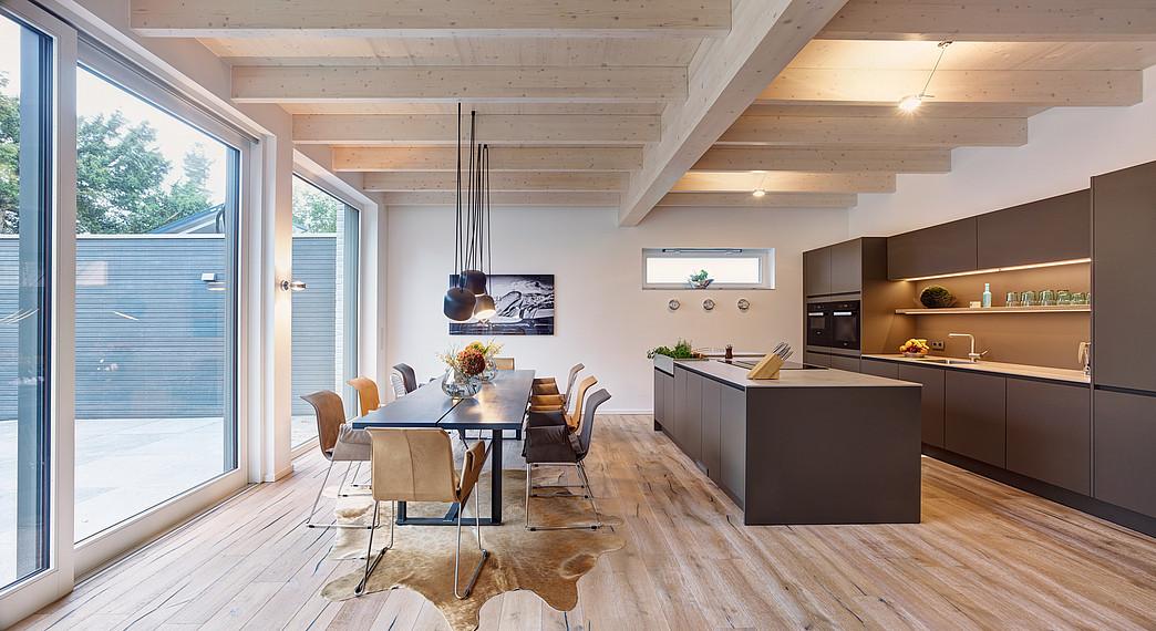 Villa mit Glasfassade Koch- und Essbereich