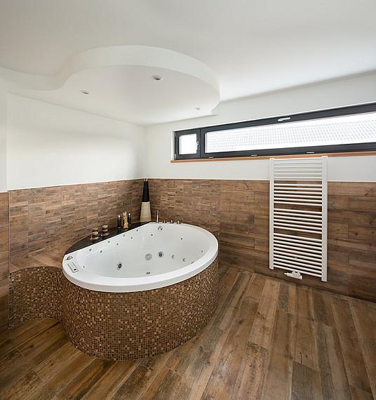 Badezimmer mit großer Badewanner