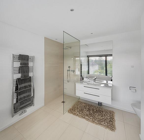 Modernes und lichtdurchflutetes Badezimmer