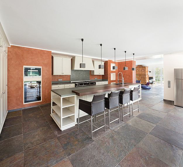 Geräumige Küche im Landhausstil