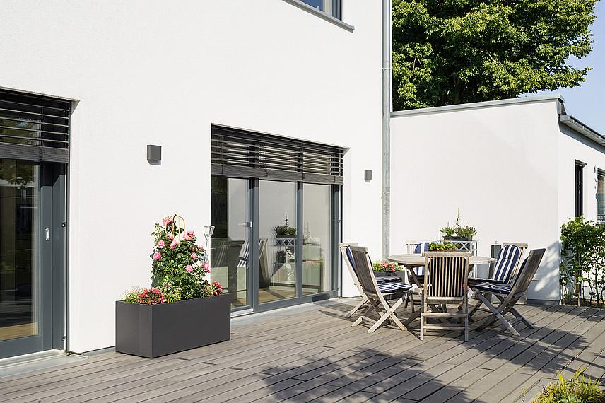 Fertighaus mit Einliegerwohnung: Sonnige Terrasse