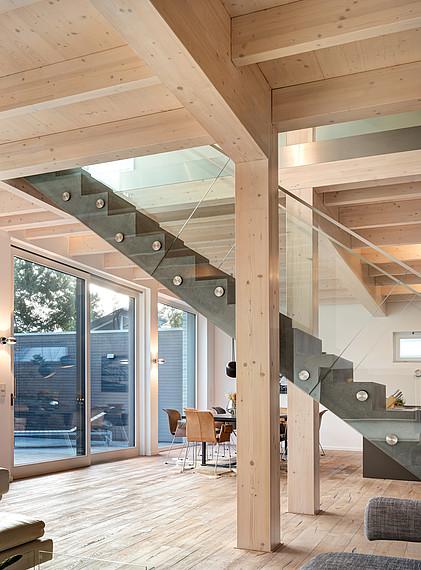 Villa mit Glasfassade Ansicht Treppe von der Seite