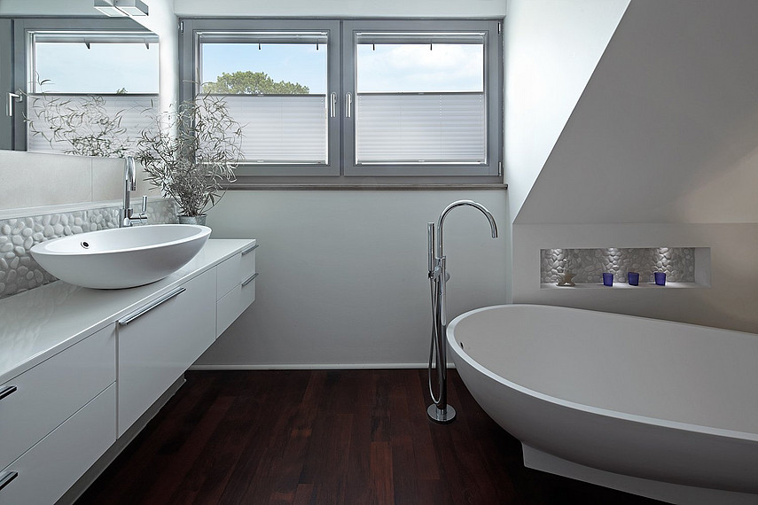 Modernes Badezimmer im Einfamilienhaus