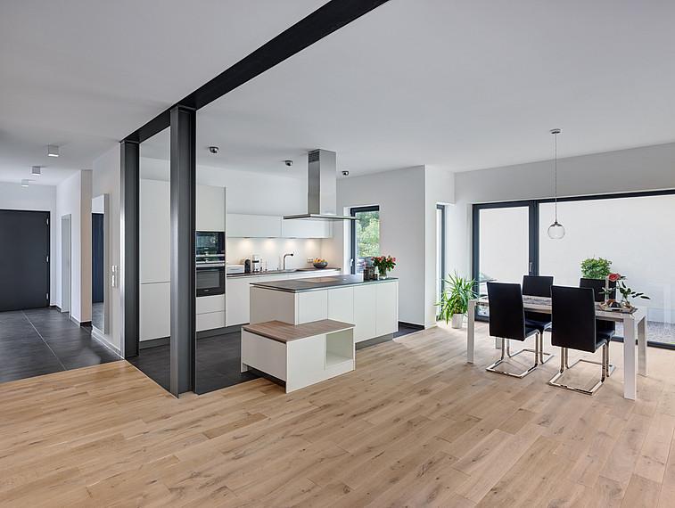 Modernes Einfamilienhaus offener Wohn- und Essbereich