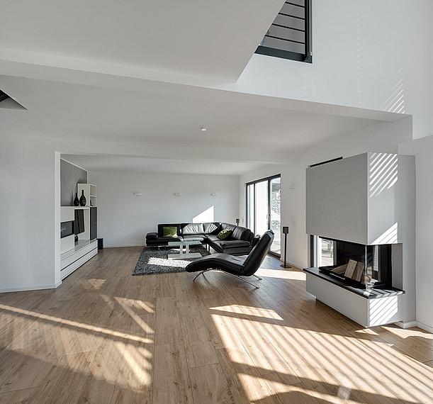 Lichtdurchfluteter Wohnbereich mit Kamin