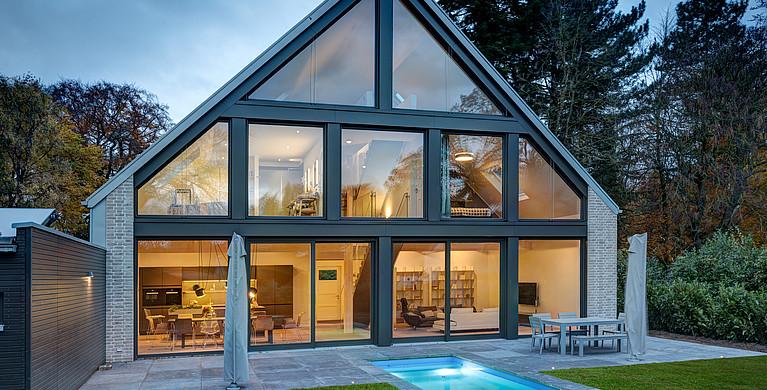 Villa mit Glasfassade