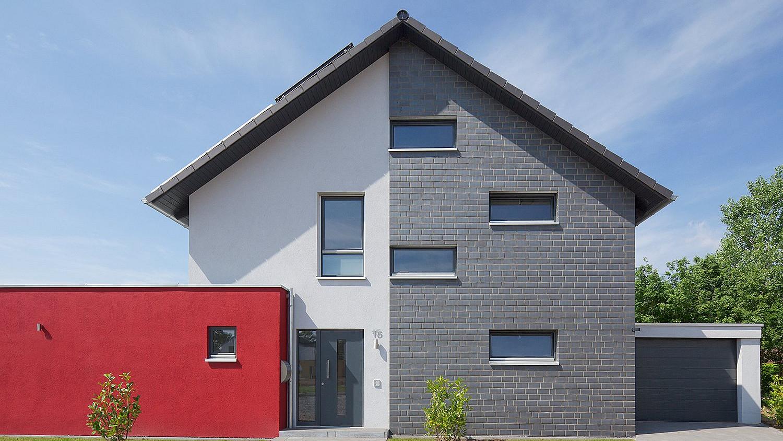 Holzhaus mit Putz- und Klinkerfassade