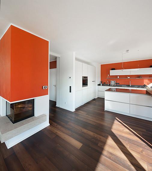 Offener Wohn-Küchenbereich mit Kamin