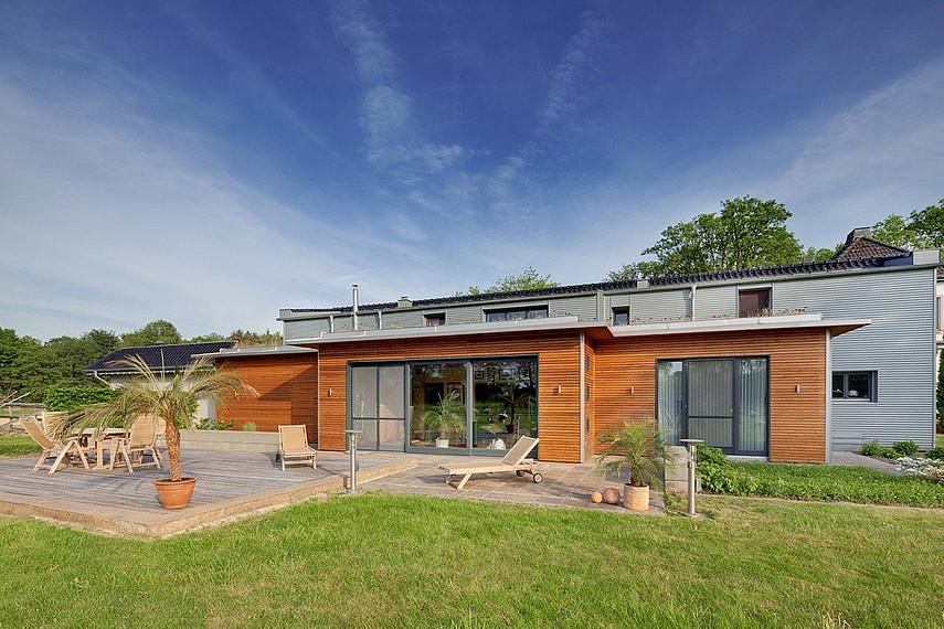 Moderner Holzanbau mit großer Terrasse