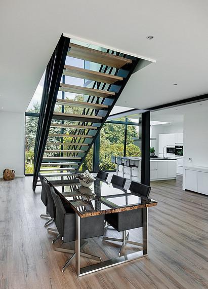 Offener Essbereich unter der Treppe