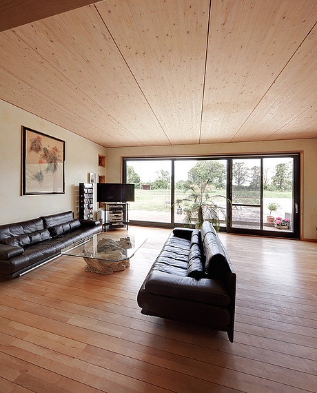 Großzügiges Wohnzimmer im Bungalow