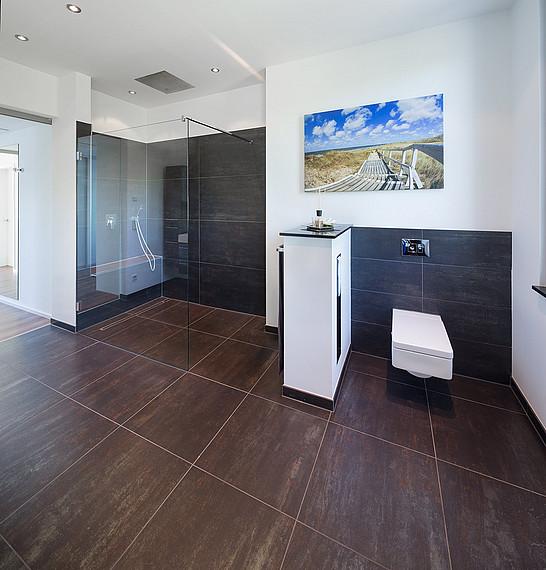 Geräumiges und modernes Badezimmer