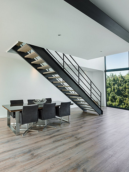 Heller Essbereich mit Treppe